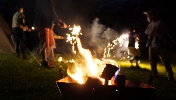 キャンプで花火 2