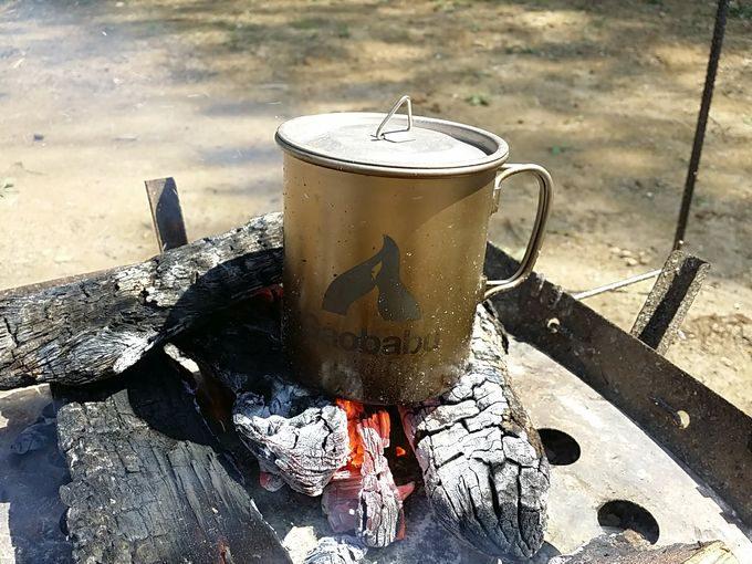 焚き火の直火でマグカップを温めるときにはフタ付きが便利