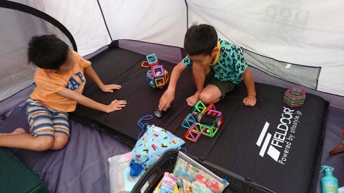 テント内でマグフォーマーで遊ぶ子供たち