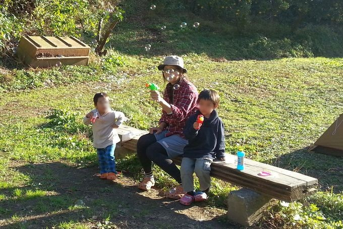 キャンプの子供グッズ シャボン玉風景