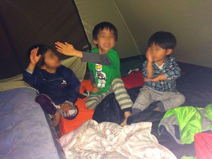 テントで子供遊び