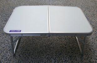 小テーブルにユニフレームのステッカー