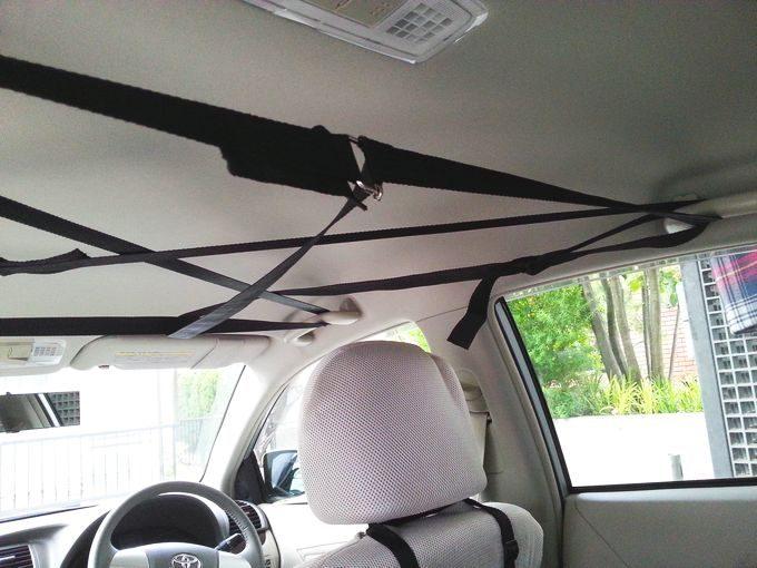 車内天井にナイロンテープを掛ける2
