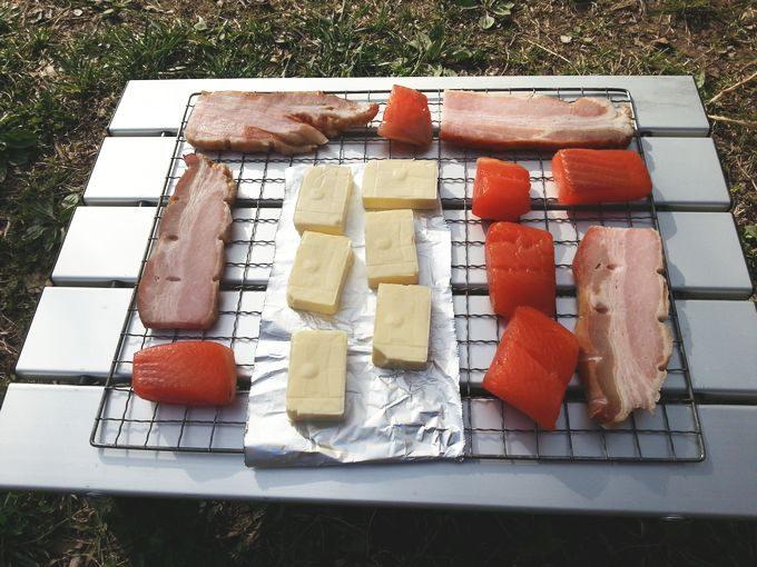 燻製食材を網に並べる