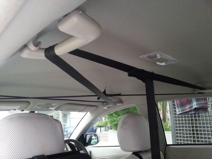 車内天井にナイロンテープを掛ける