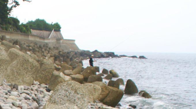 海岸と釣り人