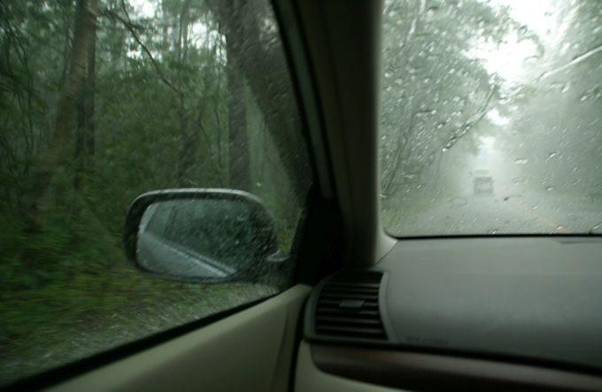 車内で雷雨
