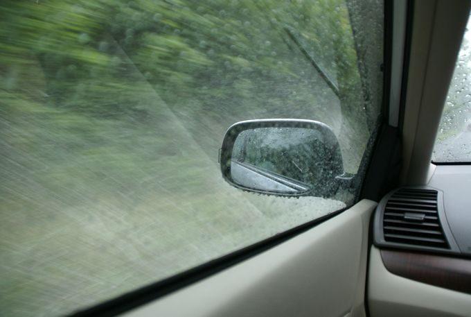 車内で雷雨、水しぶきが凄い