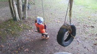 子供スペースのブランコで遊ぶ