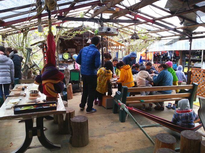 オートキャンプ・フルーツ村の管理棟前テラス
