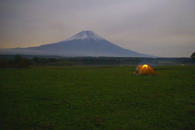アメニティドームと夜の富士(遠目)