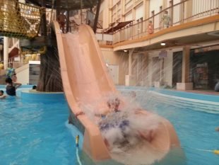 子供のスライダー 着水