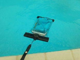 CRONAスマホ防水ケースを水に浮かせる
