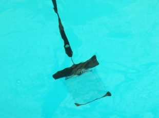 CRONAスマホ防水ケースを水に沈める
