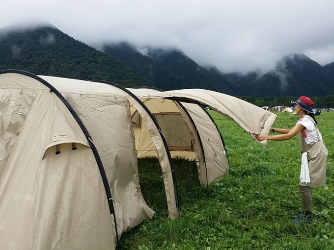 テントの水気を払う
