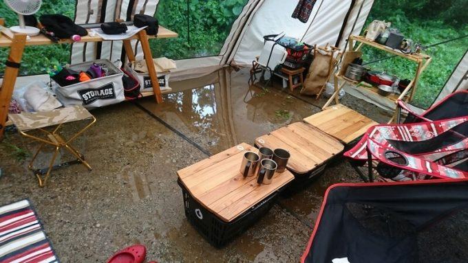 雨キャンプで水浸しのテント内