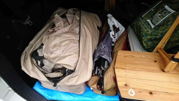 収納袋を開けてテントを出す
