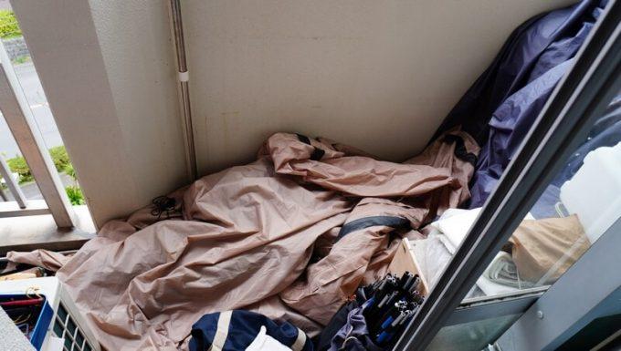 テントをベランダに置く