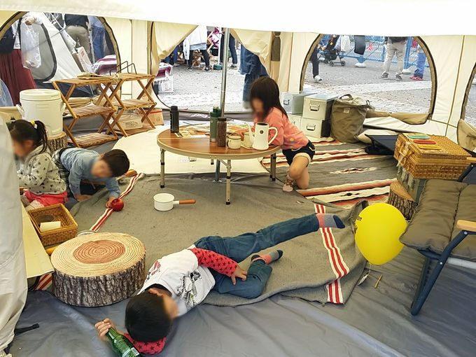 タケノコテントの広い内部で子供たちがリラックス