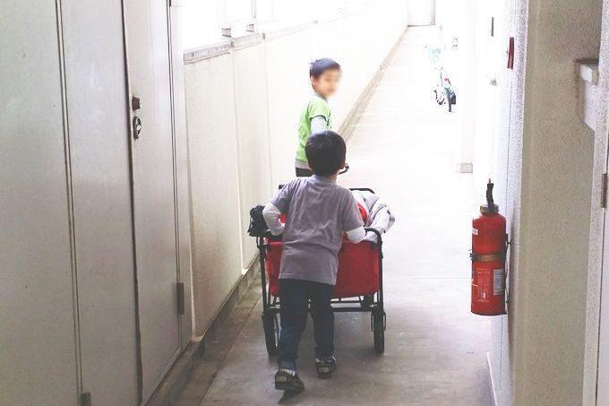 キャリーカートを子供が運ぶ