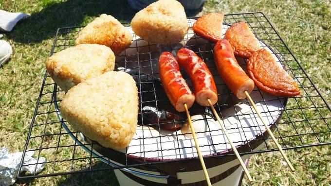七輪で食材を焼く