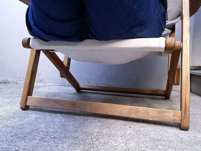 ニトリの木製ローチェアに座ると座面はかなり沈む