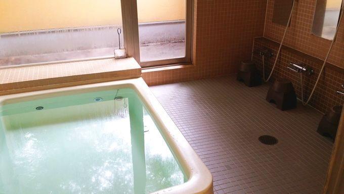 大きな浴槽と5つの洗い場