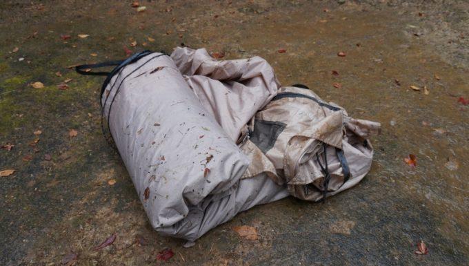 雨撤収で泥に汚れて濡れたテント