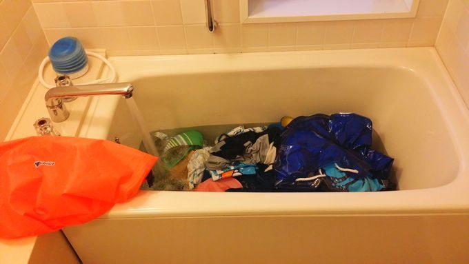 バスタブで水着を洗濯