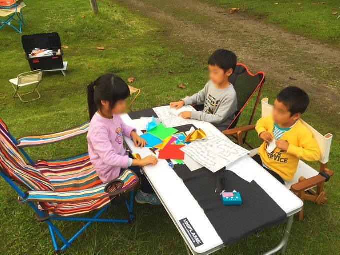 キャンプ場で折り紙遊び