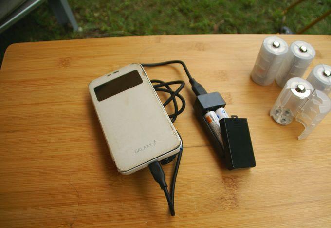 キャンドゥのUSBポート付き充電用電池BOXで充電