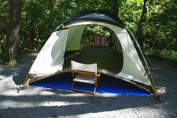 テントの底を乾燥中 前後に椅子を挿し込む