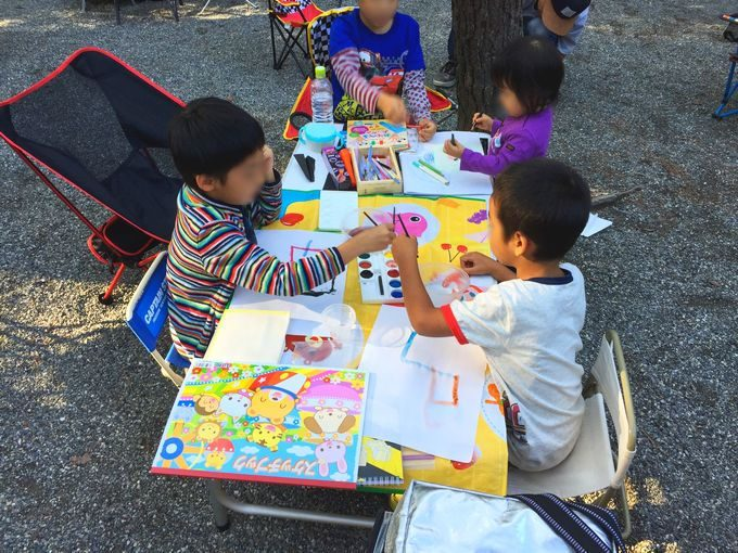キャンプ場で絵の具遊び