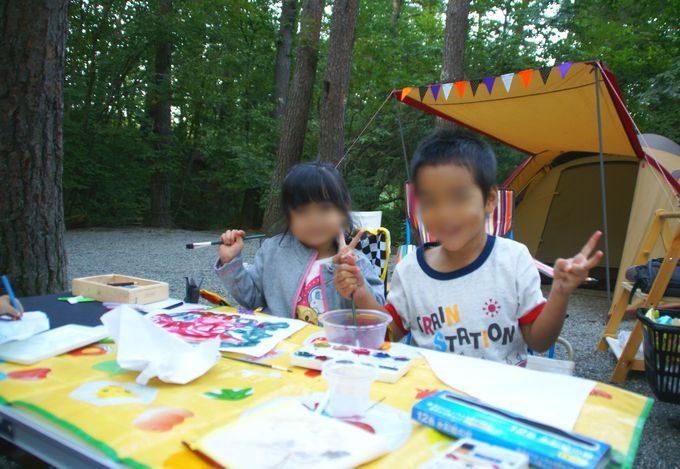 キャンプ場で絵の具遊び 2ショット