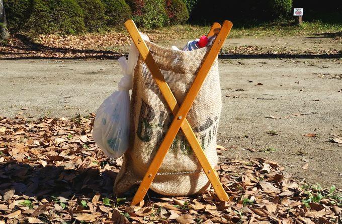 木製スタンドと麻袋のゴミ箱の使用後