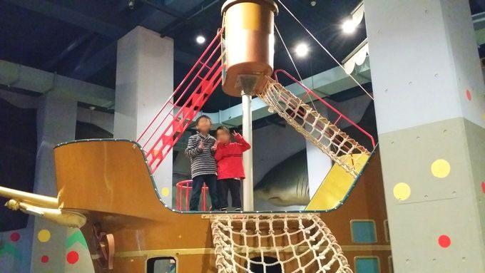 市原市海釣り施設の室内遊び場で記念撮影