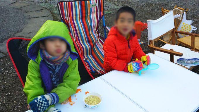 寒い中、朝食を食べる
