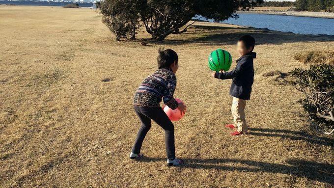 野原でボール遊び