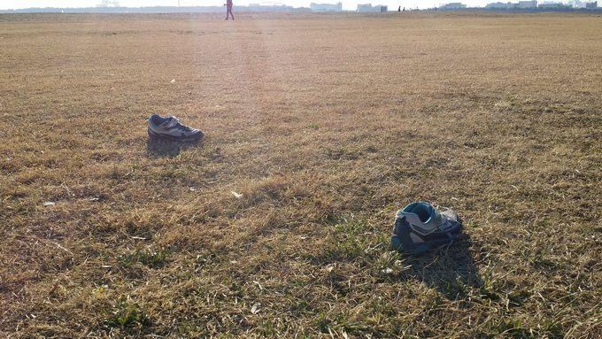 靴を脱いで野原遊び