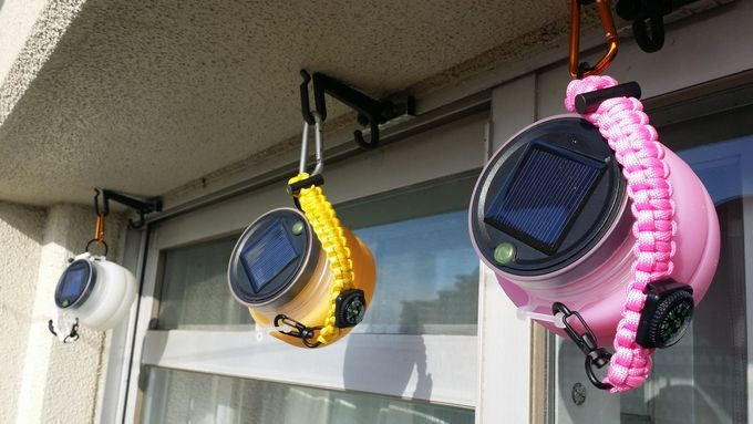 Everestorソーラーランタンをベランダに吊るして充電