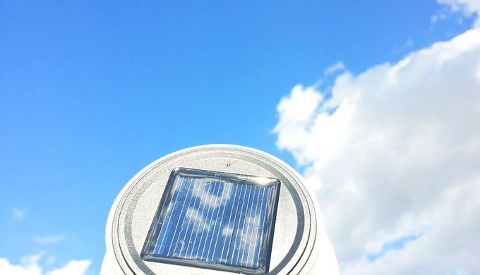 ソーラーランタンを青空で充電