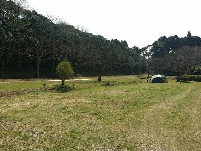 大原上布施オートキャンプ場 上段サイト 中央から右手の眺め