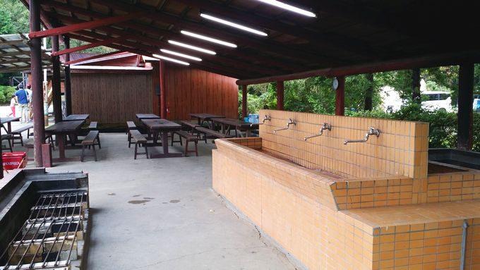 ロマンの森オートキャンプ場 管理棟脇の炊事場とテーブル