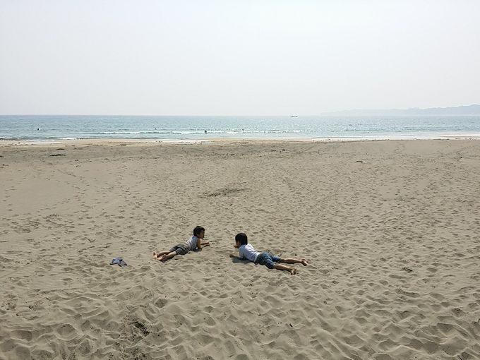 海で砂遊び