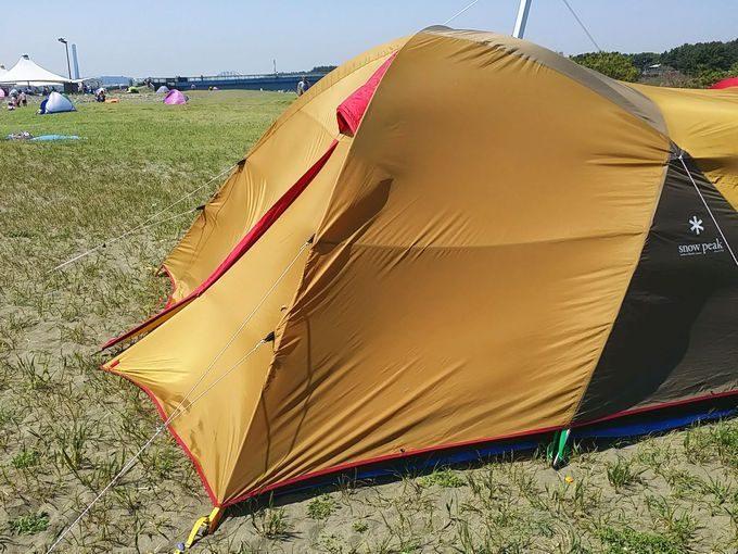 テントの背面で風を受ける