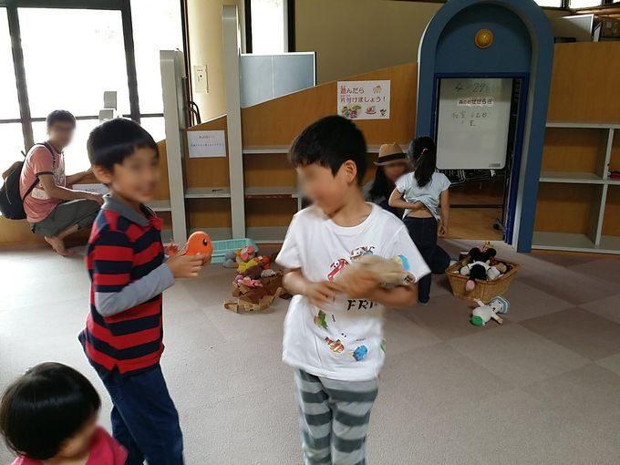 積み木と人形遊び