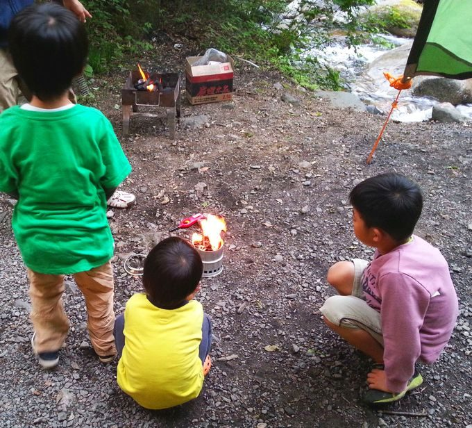 ウッドストープで子供たちが遊ぶ