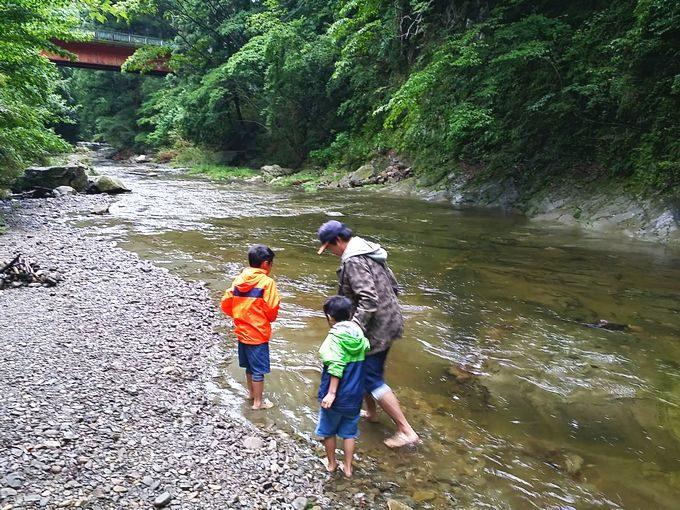 千石台オートキャンプ場近くの川に足をつける