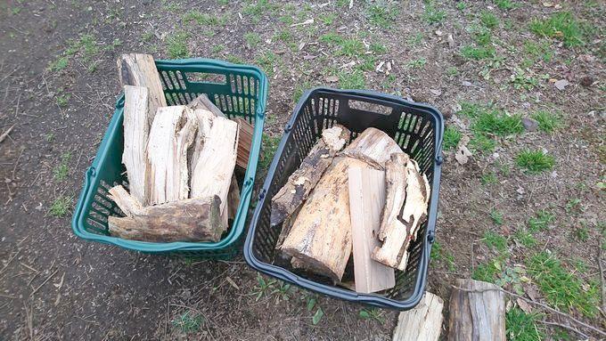 買い物カゴで薪を運ぶ