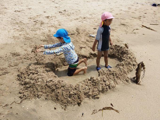 砂のお城で波を迎え撃つ